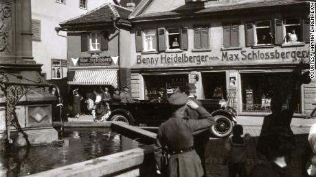 Der Nazi-Großvater eines deutschen Mannes übernahm den Laden von einem jüdischen Mann.  Er fand seine Nachkommen, um sich zu entschuldigen