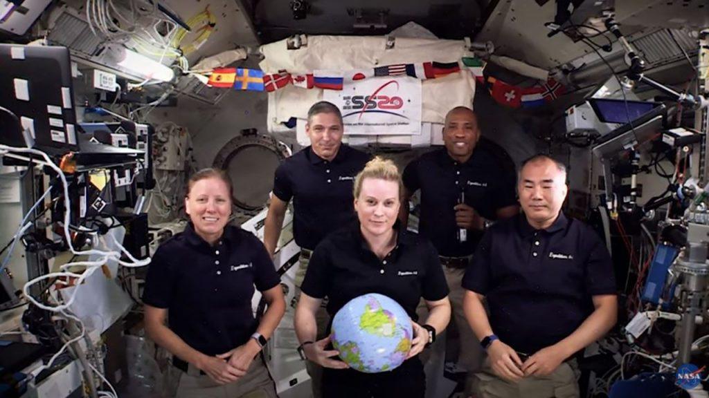 Die ISS-Crew der NASA läutet den Silvesterabend im Weltraum ein - mit einem Hauch von Schwerelosigkeit