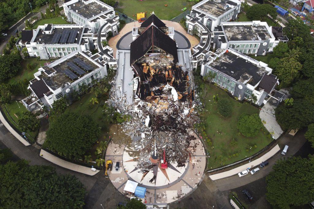 Indonesische Teams finden nach dem Erdbeben mehr Leichen und freie Straßen