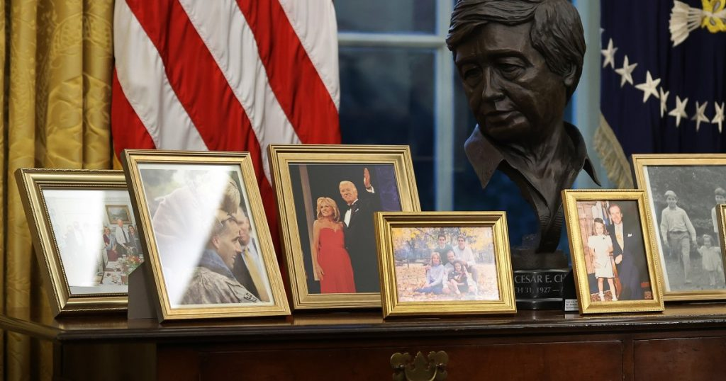 Joe Biden hat eine Büste von Cesar Chavez in seinem ovalen Büro