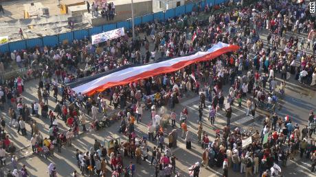 Während des Arabischen Frühlings im Februar 2011 drängen sich riesige Menschenmengen auf den Tahrir-Platz in Kairo.