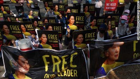 Tagsüber sind Demonstranten in Myanmar provokative Dissidenten.  Nachts haben sie Angst, von der Junta aus ihren Betten gezogen zu werden