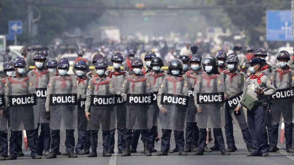 Der UN-Botschafter in Myanmar wurde nach einer Rede gegen den Putsch entlassen, als die Armee das Vorgehen gegen Demonstranten verstärkt