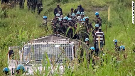 Friedenstruppen der Vereinten Nationen entfernen am Montag Leichen aus dem Angriffsgebiet in der Provinz Nord-Kivu