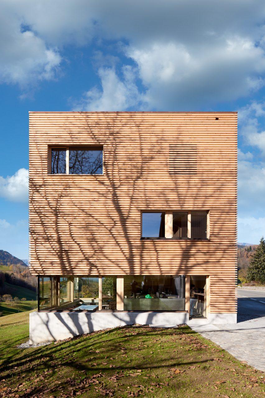 Ein österreichisches Holzhaus mit Betonsockel