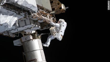 Victor Glover arbeitet am 27. Januar während eines Weltraumspaziergangs außerhalb der Raumstation.