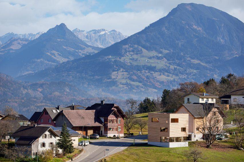 Österreichische Häuser umgeben von einer alpinen Landschaft