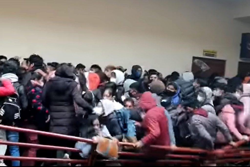Das Video zeigt den Einsturz des Balkongeländers, bei dem 7 bolivianische Studenten ums Leben kamen