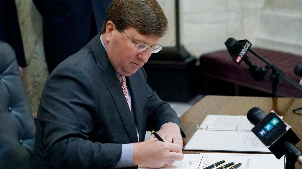 Der Gouverneur von Mississippi unterzeichnet ein Gesetz zum Verbot von Trans-Athleten aus dem Schulsport