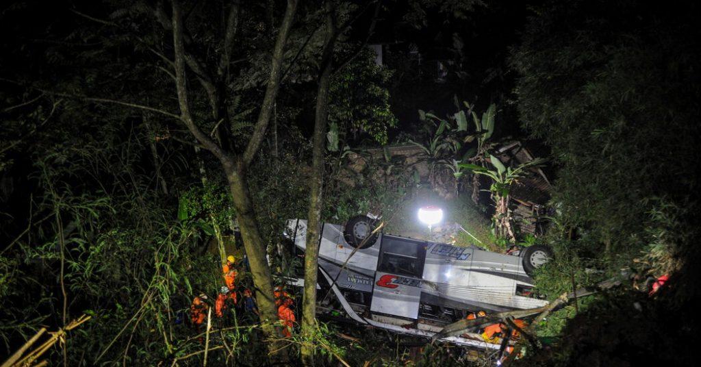 Der indonesische Bus fällt in eine Schlucht und tötet Dutzende