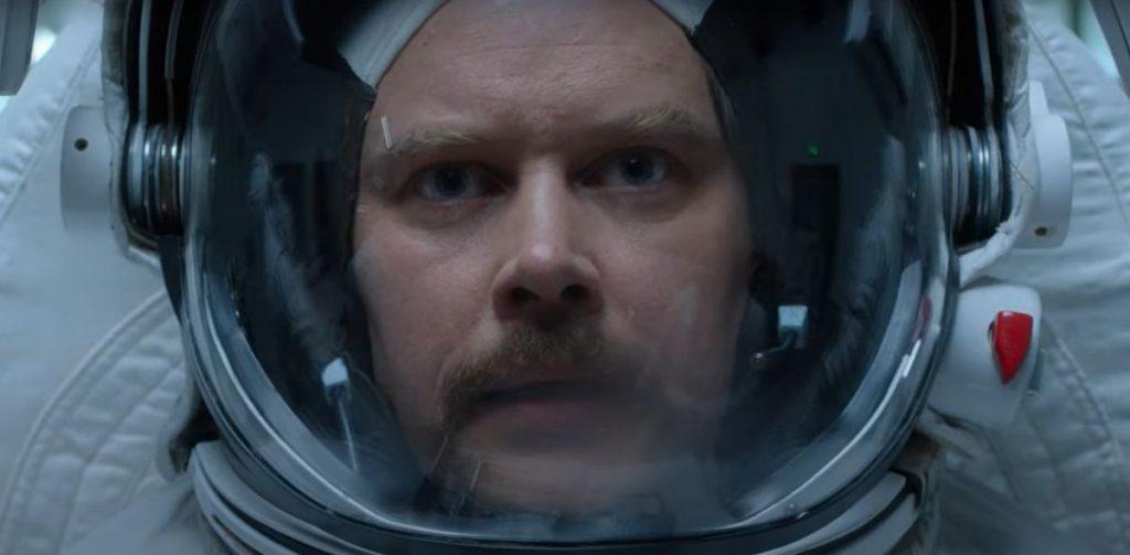 """Exklusive Vorschau auf """"Für alle Menschen"""": Sehen Sie, wie Gordo Stevens in """"Pathfinder"""" einen neuen Raumanzug ausprobiert."""