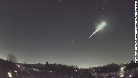Der Meteorit erzeugte einen Feuerball am Nachthimmel, als er in die Erdatmosphäre eintrat.