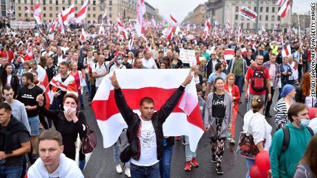 Die umstrittenen Wahlen im August 2020 führten zu massiven Protesten gegen die Regierung und forderten den Rücktritt von Lukaschenko.