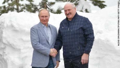 Der russische Präsident Wladimir Putin (links) gibt seinem weißrussischen Amtskollegen Alexander Lukaschenko bei ihrem Treffen am 22. Februar in Sotschi, Russland, die Hand.