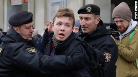 Der weißrussische Journalist Roman Protasevich tritt im Staatsfernsehen auf, als Kritiker seine Inhaftierung als