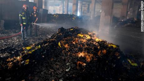 Am Freitag sind Feuerwehrleute damit beschäftigt, den Fabrikbrand zu löschen.