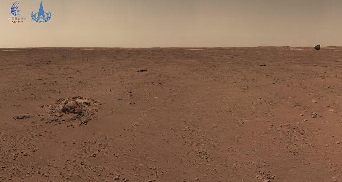 Dieses am 4. Juli 2021 aufgenommene und am 9. Juli 2021 von der China National Space Administration (CNSA) veröffentlichte Foto zeigt die Oberfläche des Mars, aufgenommen vom chinesischen Rover Zhurong Mars.