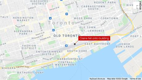 Kran stürzte auf ein Gebäude in der Innenstadt von Toronto und verursachte Schäden