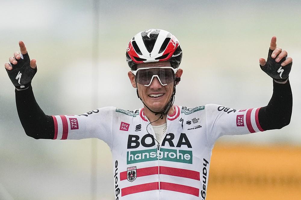Der Österreicher Patrick Konrad feiert, indem er die Ziellinie überquert und die sechzehnte Etappe der Tour de France über 169 Kilometer (105 Meilen) mit Start in Pas de la Casa und Ankunft in Saint Gaudens, Frankreich, am Dienstag, 13. Juli 2021, gewonnen hat. (AP Foto / Daniel Cole)
