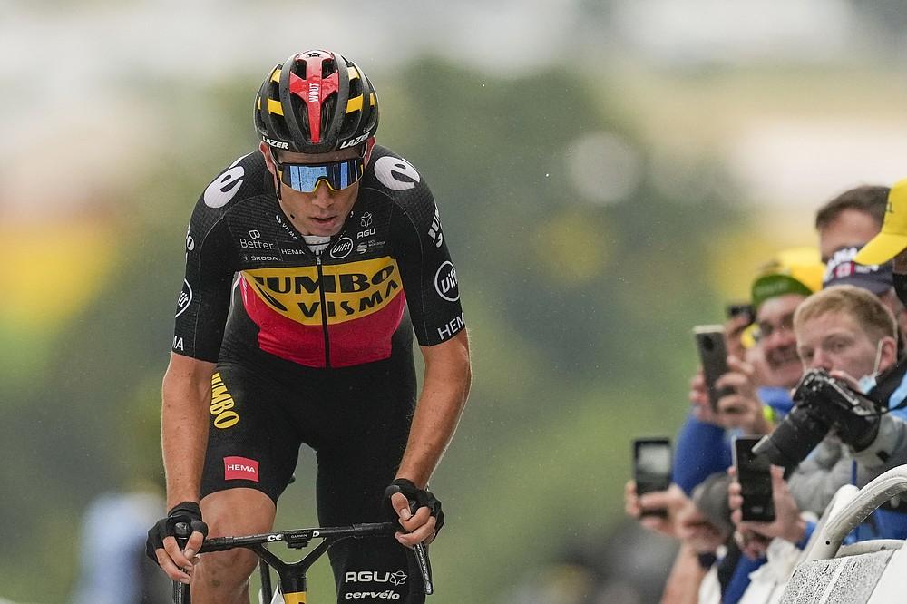 Der Belgier Wout Van Aert überquert die Ziellinie der sechzehnten Etappe der Tour de France mit dem Rad über 169 Kilometer (105 Meilen), die in Pas de la Casa beginnt und am Dienstag, den 13. Juli 2021 in Saint Gaudens, Frankreich, ankommt. (AP Photo / Daniel Cole)