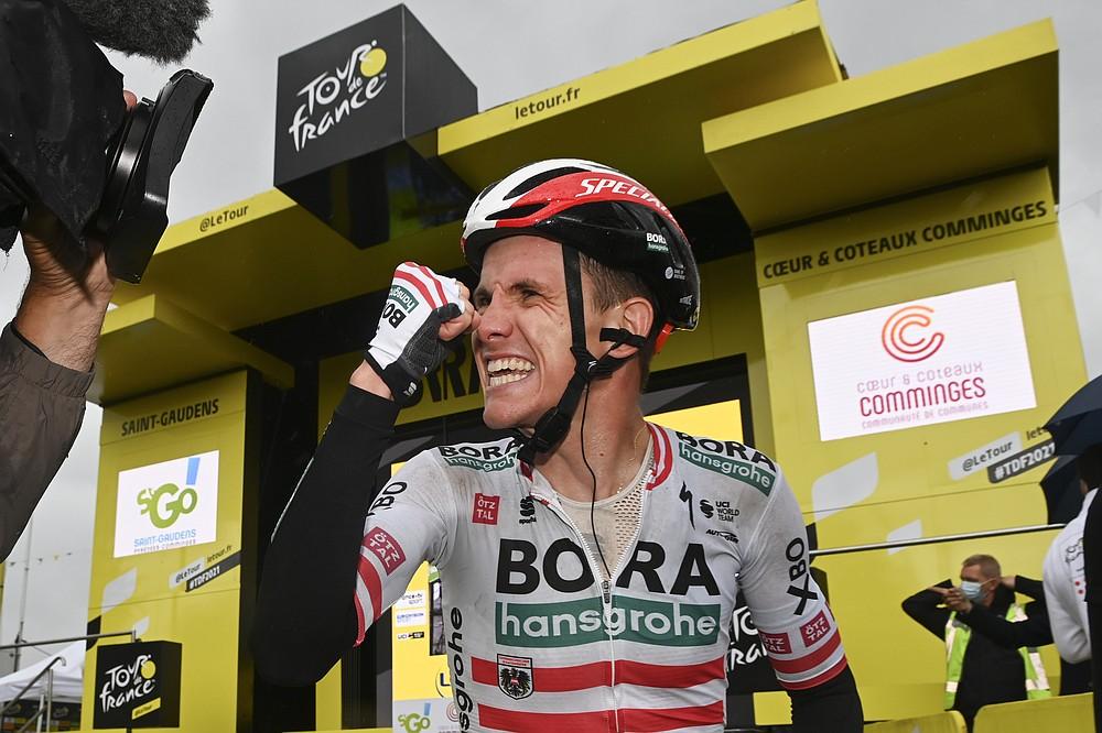 Etappensieger Patrick Konrad aus Österreich feiert nach der 16. Etappe der Tour de France mit dem Rad über 169 Kilometer (105 Meilen) beginnend in Pas de la Casa und Ziel in Saint Gaudens, Frankreich, am Dienstag, 13. Juli 2021. (David Stockman / Pool Foto über AP)