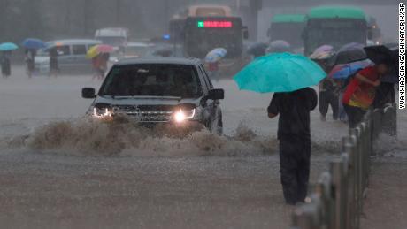 Schwere Überschwemmungen trafen Zentralchina nach ungewöhnlich starken Regenfällen, als das U-Bahn-System der Stadt Zhengzhou mit Wildwasser überschwemmt wurde.