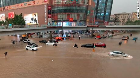 Fahrzeuge waren am Dienstag nach einem heftigen Regenguss in der Stadt Zhengzhou in der zentralchinesischen Provinz Henan gestrandet.