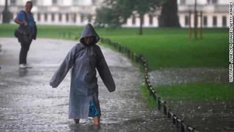 Ein Fußgänger überquert am Sonntag ein überflutetes Gebiet im St. James's Park im Zentrum von London.