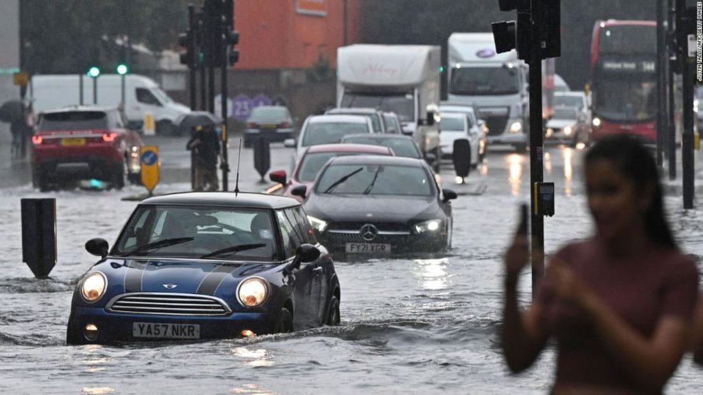 Gewitter verursachen Sturzfluten in London, überfluten Straßen und einige Bahnhöfe