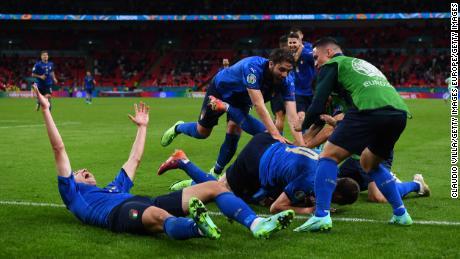 Pessina und seine Teamkollegen feiern das zweite Tor seiner Mannschaft gegen Österreich.