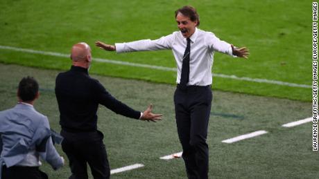 Italiens Trainer Roberto Mancini jubelt, nachdem Chiesa Italiens Tor gegen Österreich erzielt hat.