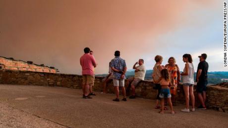 Einheimische beobachten, wie sich die Brände in Sant Martí de Tous, Katalonien, ausbreiten.