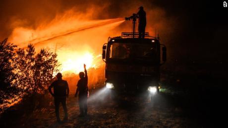 Feuerwehrleute versuchen, das Feuer im Dorf Kirli nahe der Stadt Manavgat in der Provinz Antalya am frühen Freitag, 30. Juli, unter Kontrolle zu bringen.