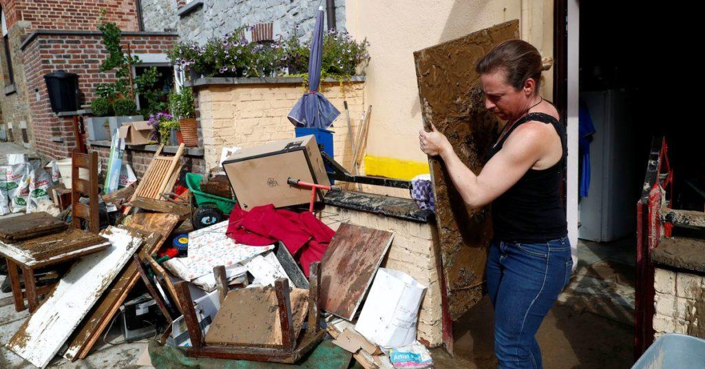 Autos und Bürgersteige wurden weggespült, als die belgische Stadt von den schlimmsten Überschwemmungen seit Jahrzehnten heimgesucht wurde