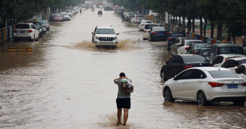 Baggerwagen mobilisiert, um Menschen zu retten, die bei Überschwemmungen in China gestrandet sind