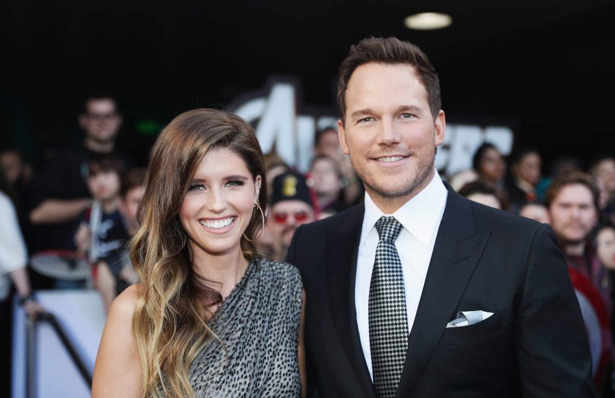 Katherine Schwarzenegger und Chris Pratt lächeln zusammen, Fans im Hintergrund