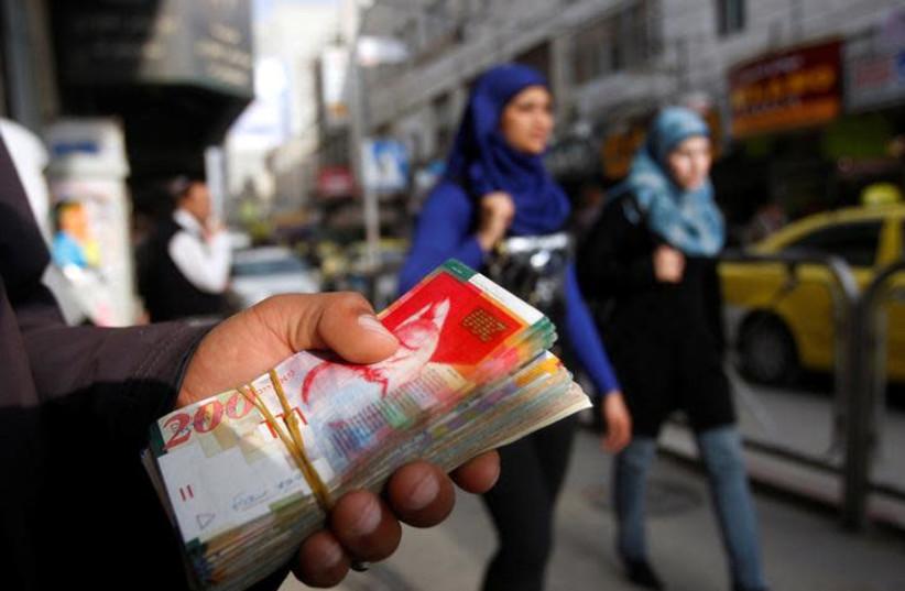 """Die Regierung muss 597 Millionen Schekel abziehen.  der Palästinensischen Autonomiebehörde zu """"pay to kill"""""""