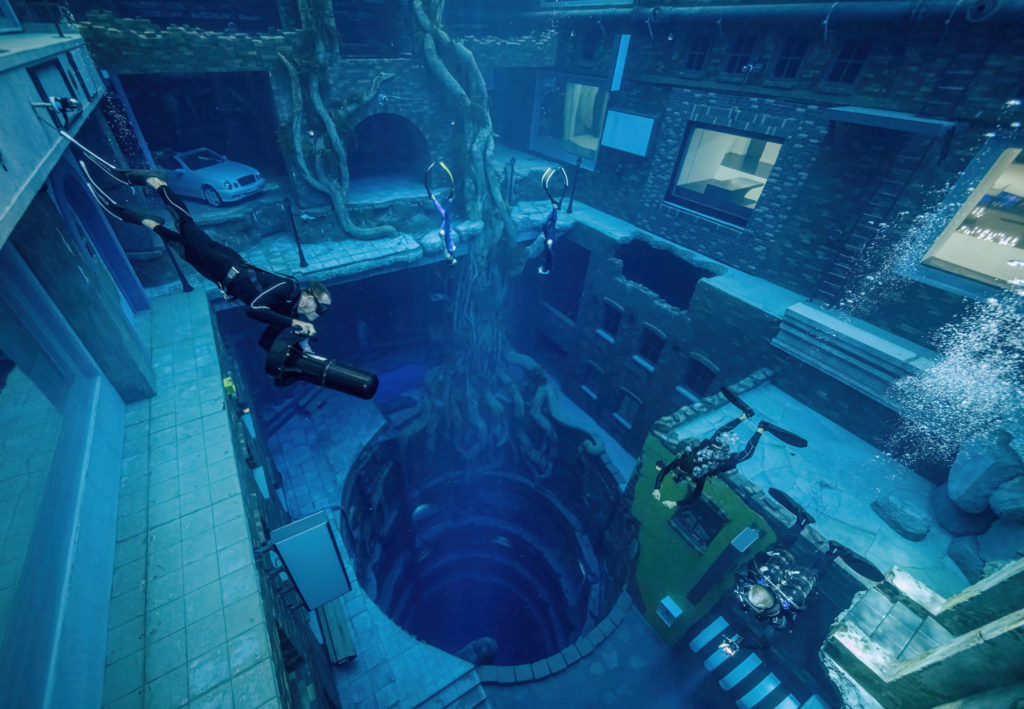 """Dubai eröffnet einen 200 Fuß tiefen Pool mit einer Unterwasser-""""versunkenen Stadt"""""""