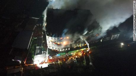 Einige Arbeiter sprangen vom Dach, um dem Feuer zu entkommen.