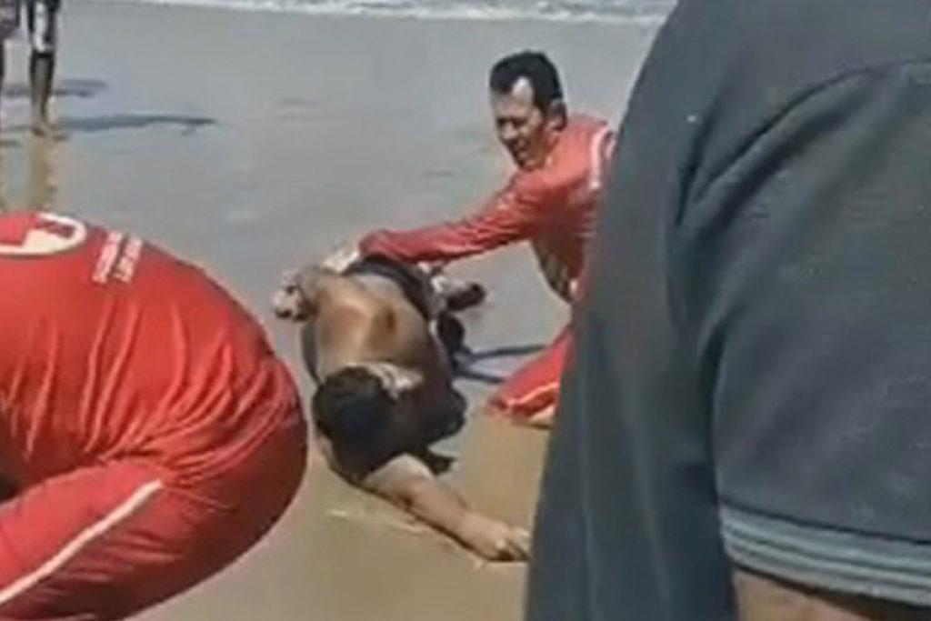 Hai beißt Schwimmer in der Nähe, wo er betrunken ist, Pisse-Opfer getötet