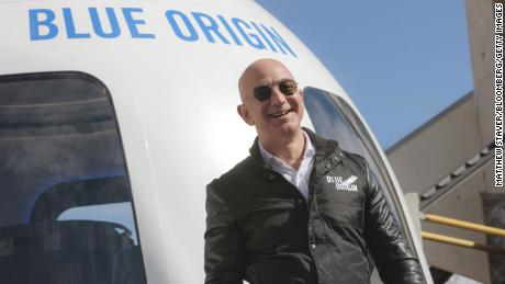 Jeff Bezos fliegt für den ersten bemannten Raketenflug ins All