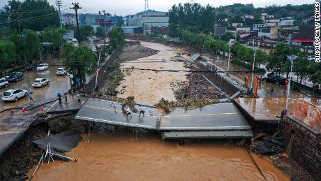 Die Zahl der Todesopfer steigt, als Passagiere von Entsetzen über Überschwemmungen in der chinesischen U-Bahn erzählen