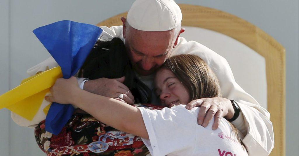 Papst nimmt nach und nach seine Arbeit wieder auf, geht spazieren, isst mit Assistenten, sagt der Vatikan