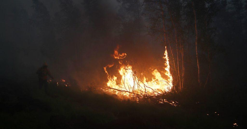 Russische Flugzeuge säen Wolken, während Waldbrände in der Nähe des sibirischen Kraftwerks wüten