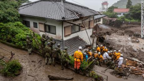Rettungskräfte suchen am Ort eines Erdrutsches am 4. Juli 2021 in Atami, Shizuoka, Japan nach vermissten Personen.