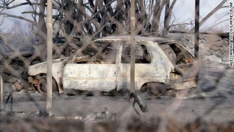 Ein ausgebranntes Auto auf Sardinien.  Die Inselregierung hat am Wochenende den Notstand ausgerufen.
