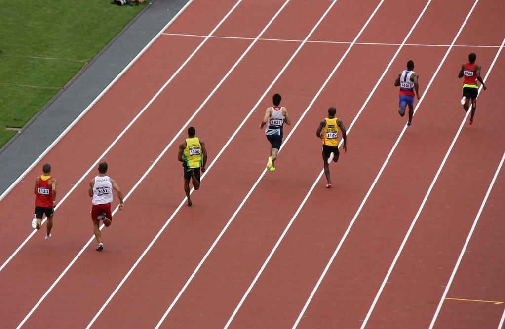 Tokyo Olympian läuft schnell 400 m in lockerem, übergroßem T-Shirt