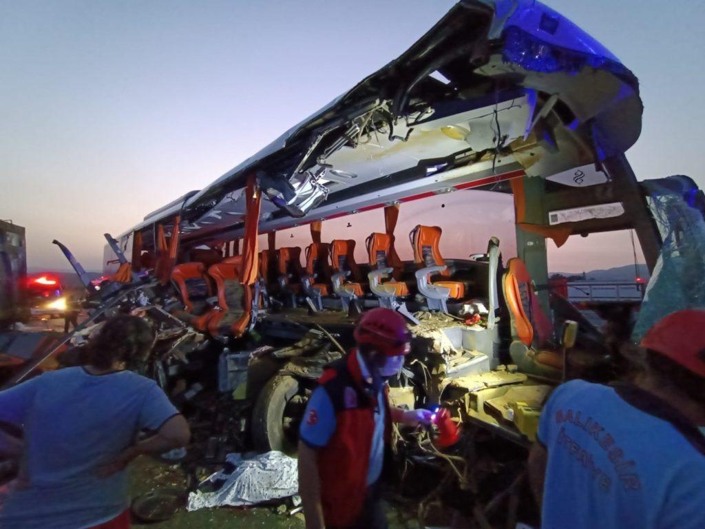 9 Tote und 30 Verletzte bei Kollision zwischen Bus und Lkw in Manisa, Türkei