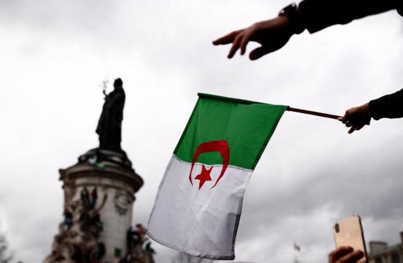 """Algerien bricht die Beziehungen zu Marokko wegen """"feindlicher Aktionen"""" ab, kommentiert Lapid"""