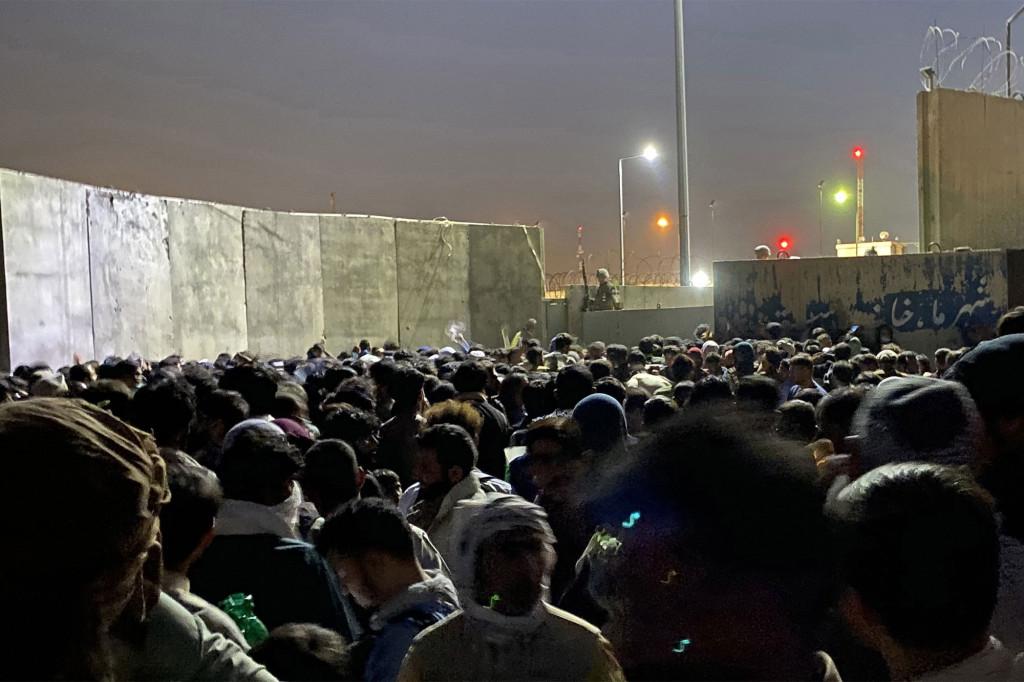 Menschen kämpfen darum, den internationalen Flughafen Hamid Karzai zu erreichen, um aus dem Land nach Kabul . zu fliehen